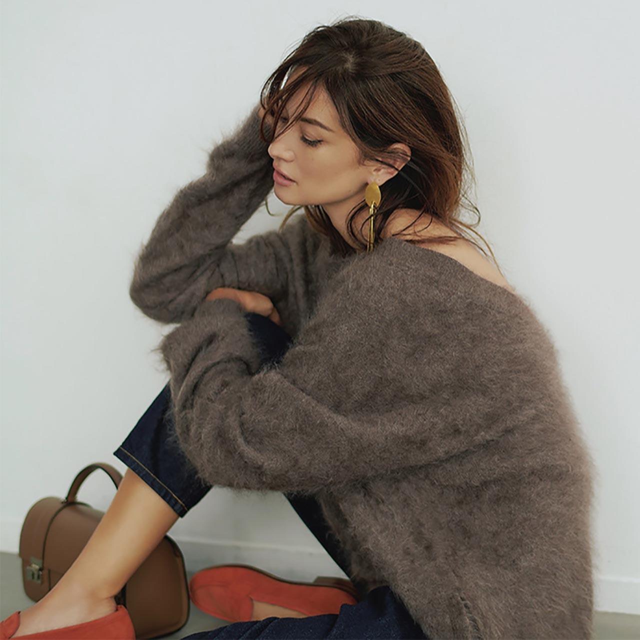 モヘアニット×ボリュームアクセ×デニムパンツコーデを着たモデルのブレンダさん
