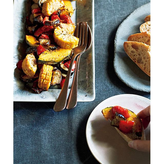 オーブン料理はまとめて作れるのでラクちん! 甘味が引き出された焼き野菜をパンにのせて、簡単ランチにも。