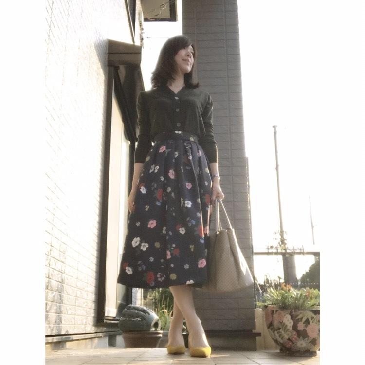 リアル通勤コーデ。暑いの寒いのどっちなの?な水曜日は花柄スカートで華やかさをプラス!_1_1