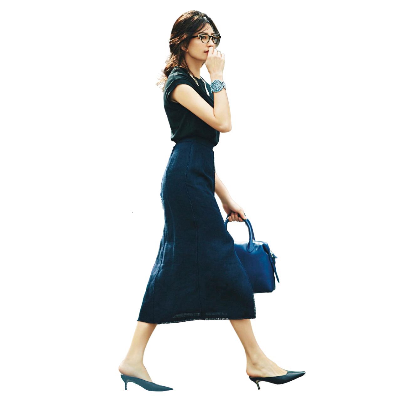 ネイビータイトスカートのコーデ モデル・RINA