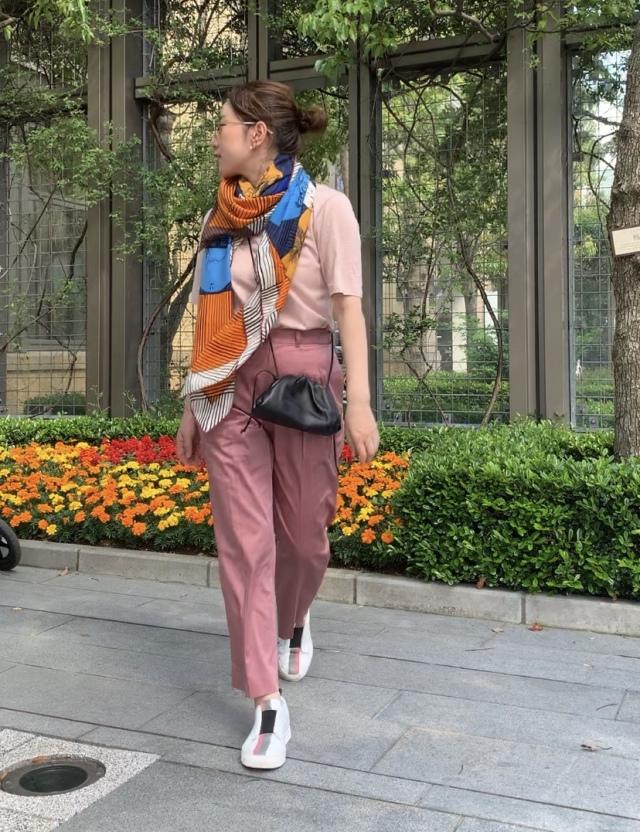 Marisol掲載のピンクパンツは、サンダルにもスニーカーにも合う_1_1