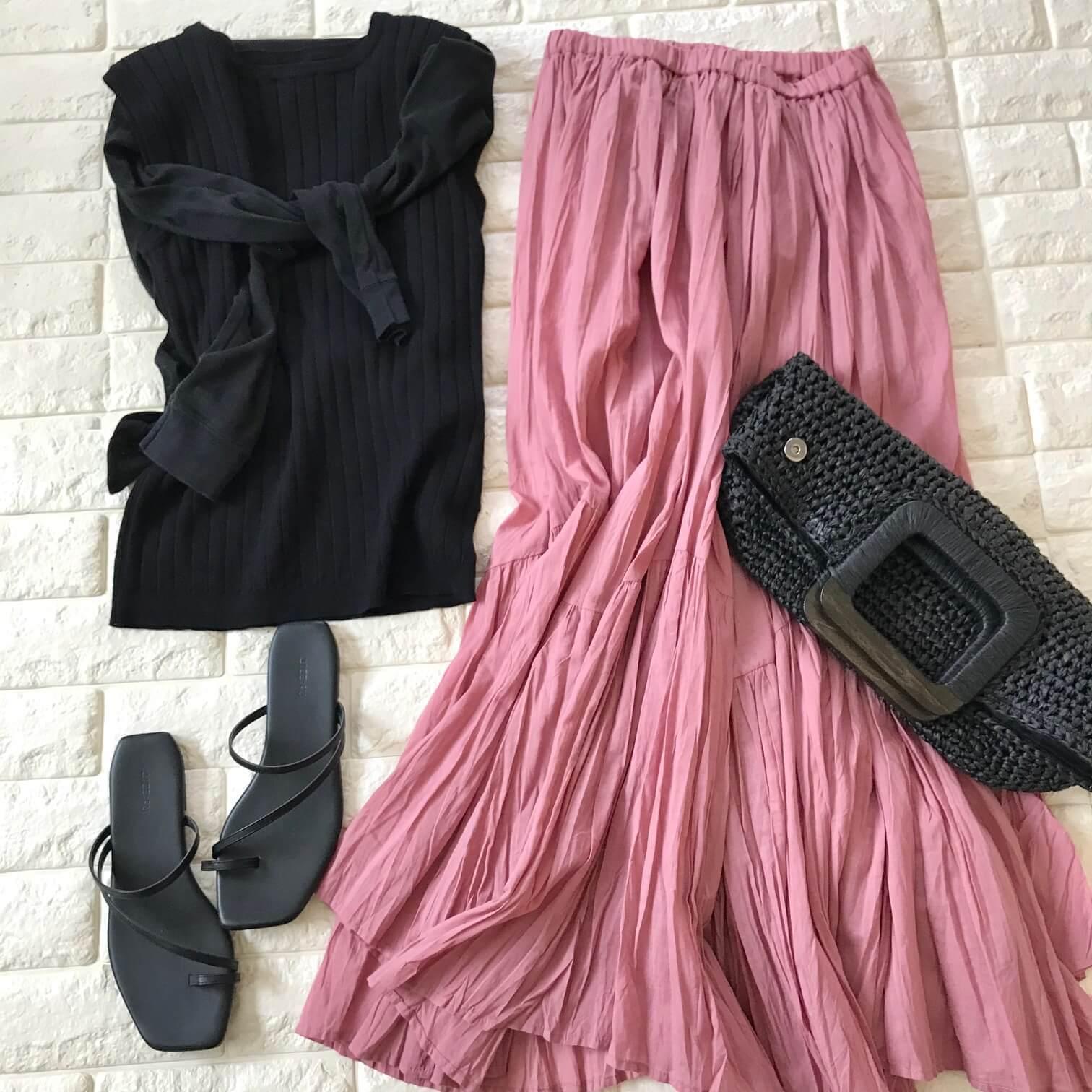 ザ・バージニアのピンクスカートと黒を合わせたコーデ