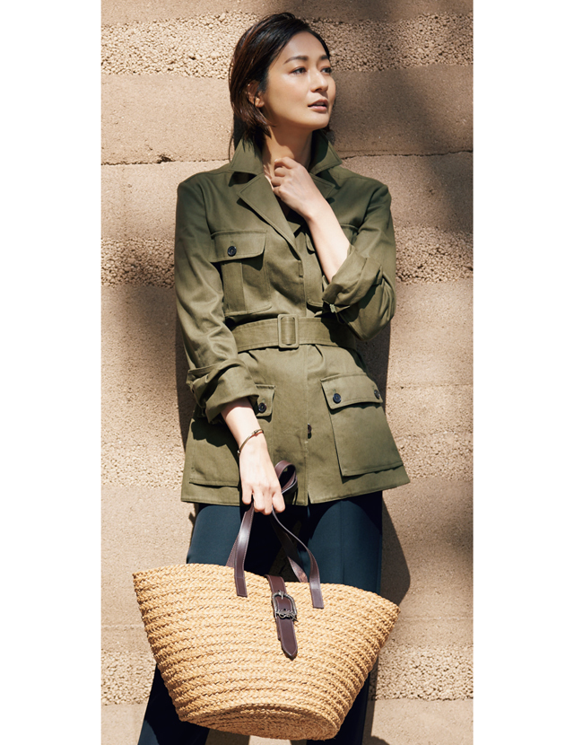 サンローランのかごバッグとジャケットスタイルの富岡佳子