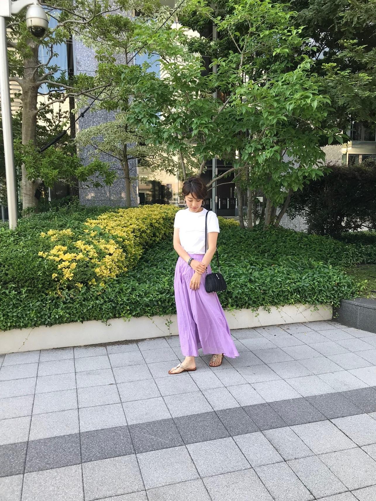 Uniqlo U(ユニクロユー)の白Tシャツはキレイ色スカートにもベストマッチ!_1_1