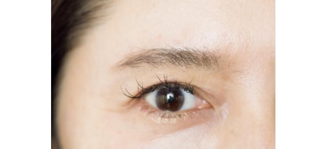 マスカラで毛流れを整えるだけで、まるで増毛したかのように眉毛が整い、まばら部分も少なめに。