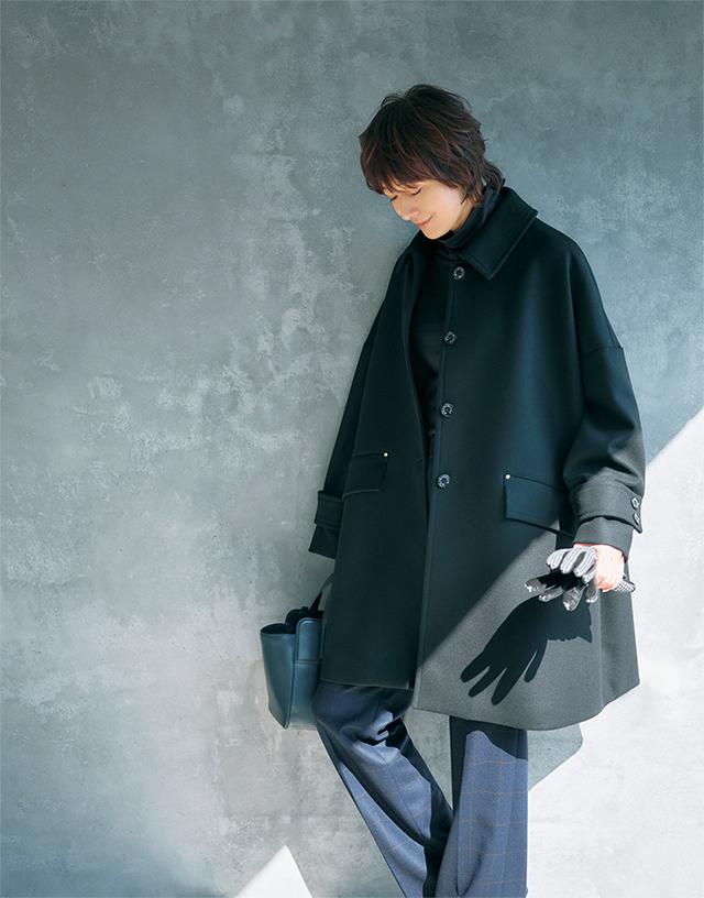 ブラックコートはチェックのパンツで上品カジュアルに
