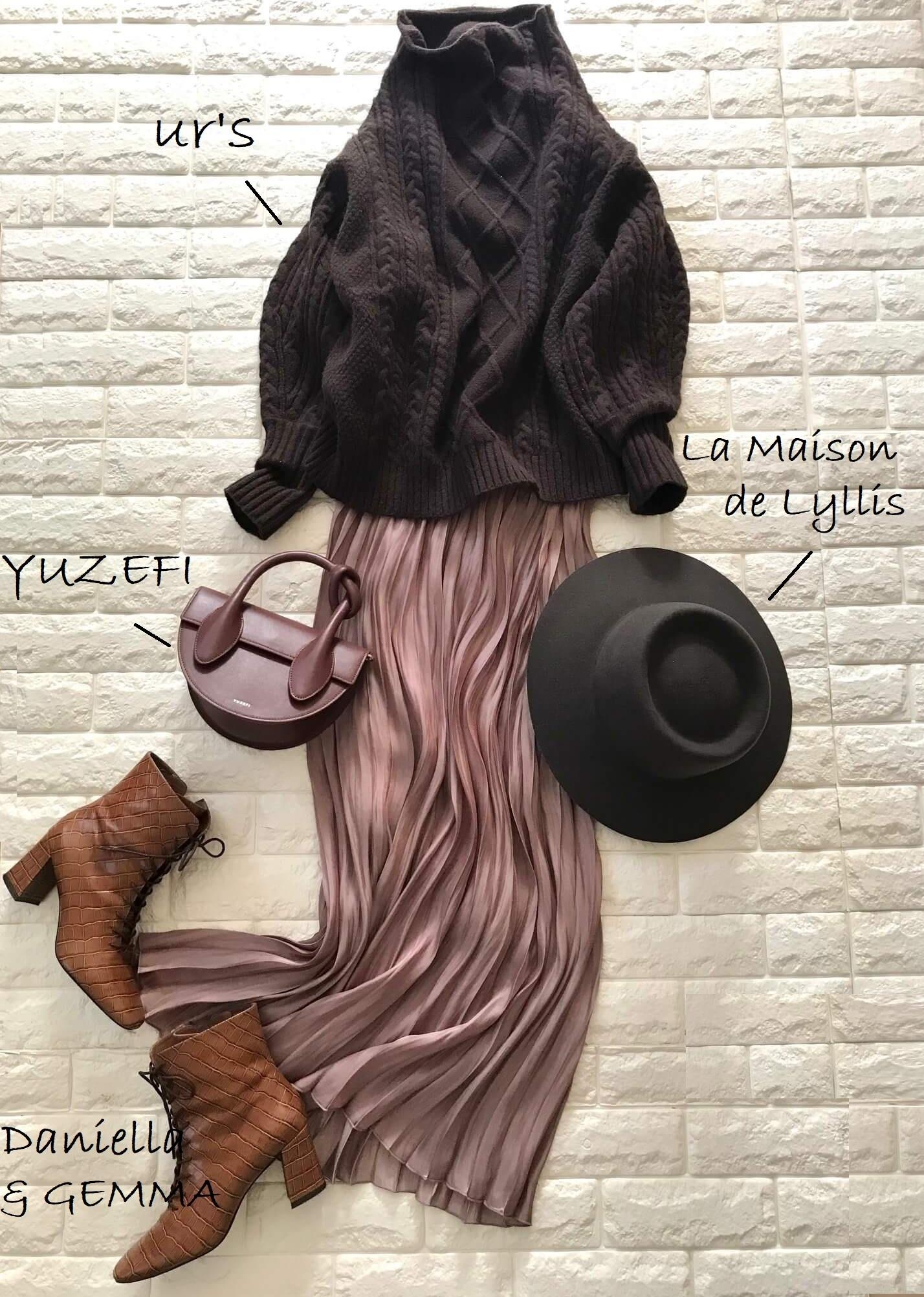 アズールバイマウジーのピンクスカートとブラウンのニットを合わせたコーデ