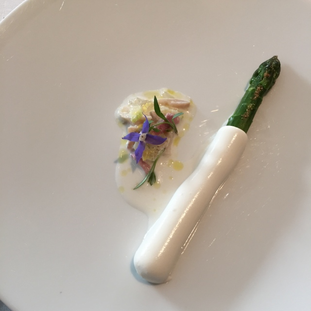 ブーファラ(モッツァレラチーズ)をまとったアスパラガス