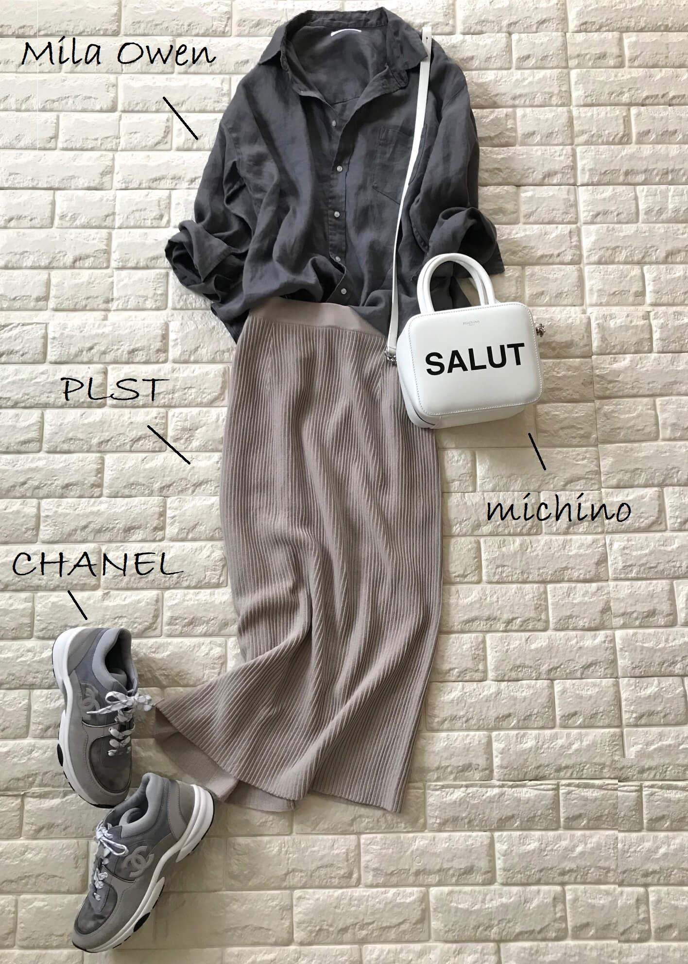 プラステのニットスカートとリネンシャツを合わせたコーデ