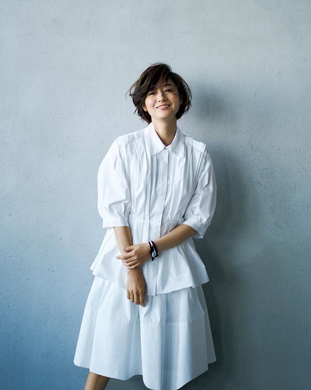 立体感のあるシルエットと優しげな白でドレスアップ