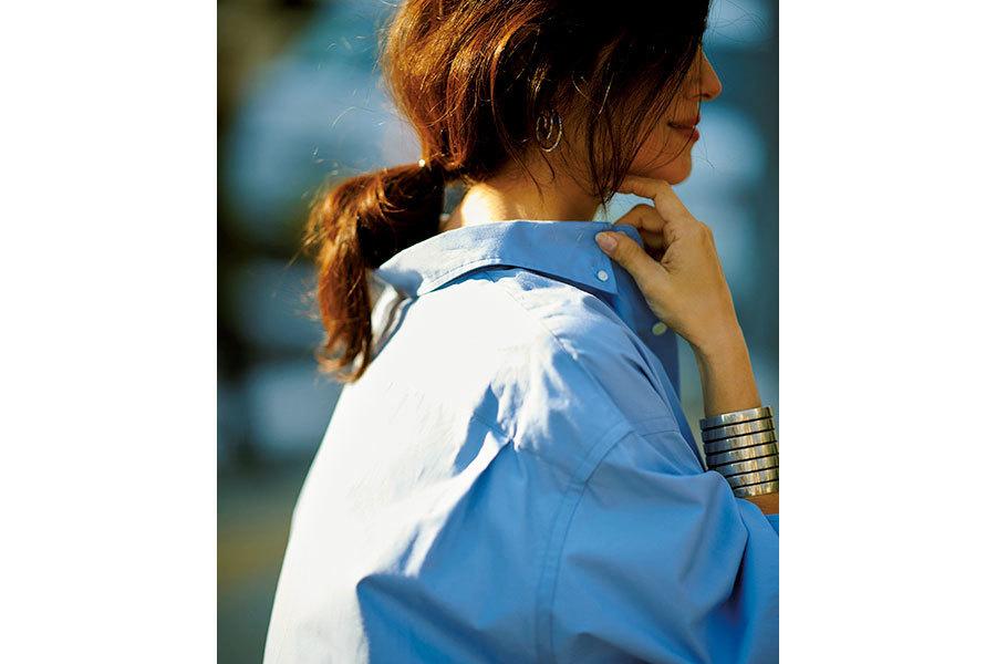 シャツは少し襟を抜いて着るのがこなれ見えのコツ。手首にはバングルをガツンときかせてポイントに