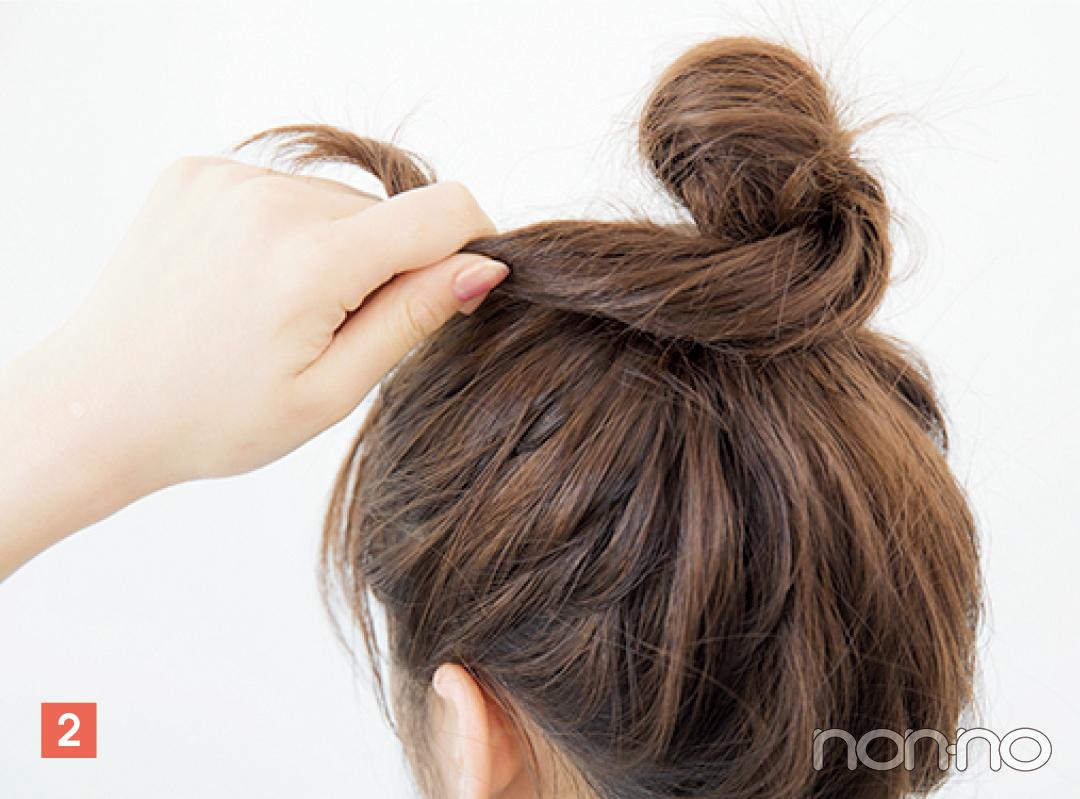 毛束を結び目に巻きつけて、毛先をピンで固定。おだんごの形は若干いびつでOK。