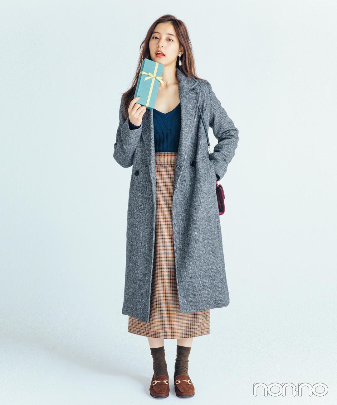 【ローファーコーデ】新木優子は鎖骨見せニットでマニッシュコートを色っぽく