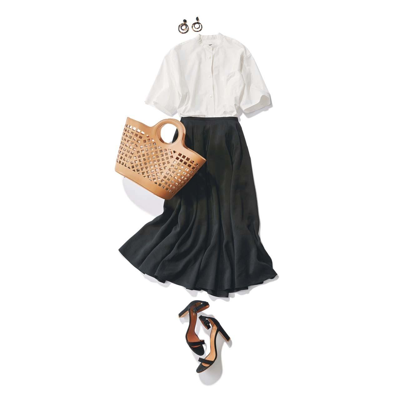 白の半袖シャツ×黒のロングスカートのモノトーンコーデ