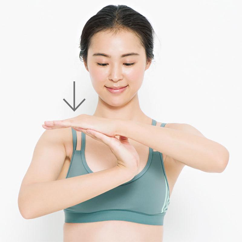 1. 片側の手を反対側の手の指先に当て、手のひらを後ろに反らせてグーッと伸ばし10秒キープ。反対側も同様に。左右各2回。