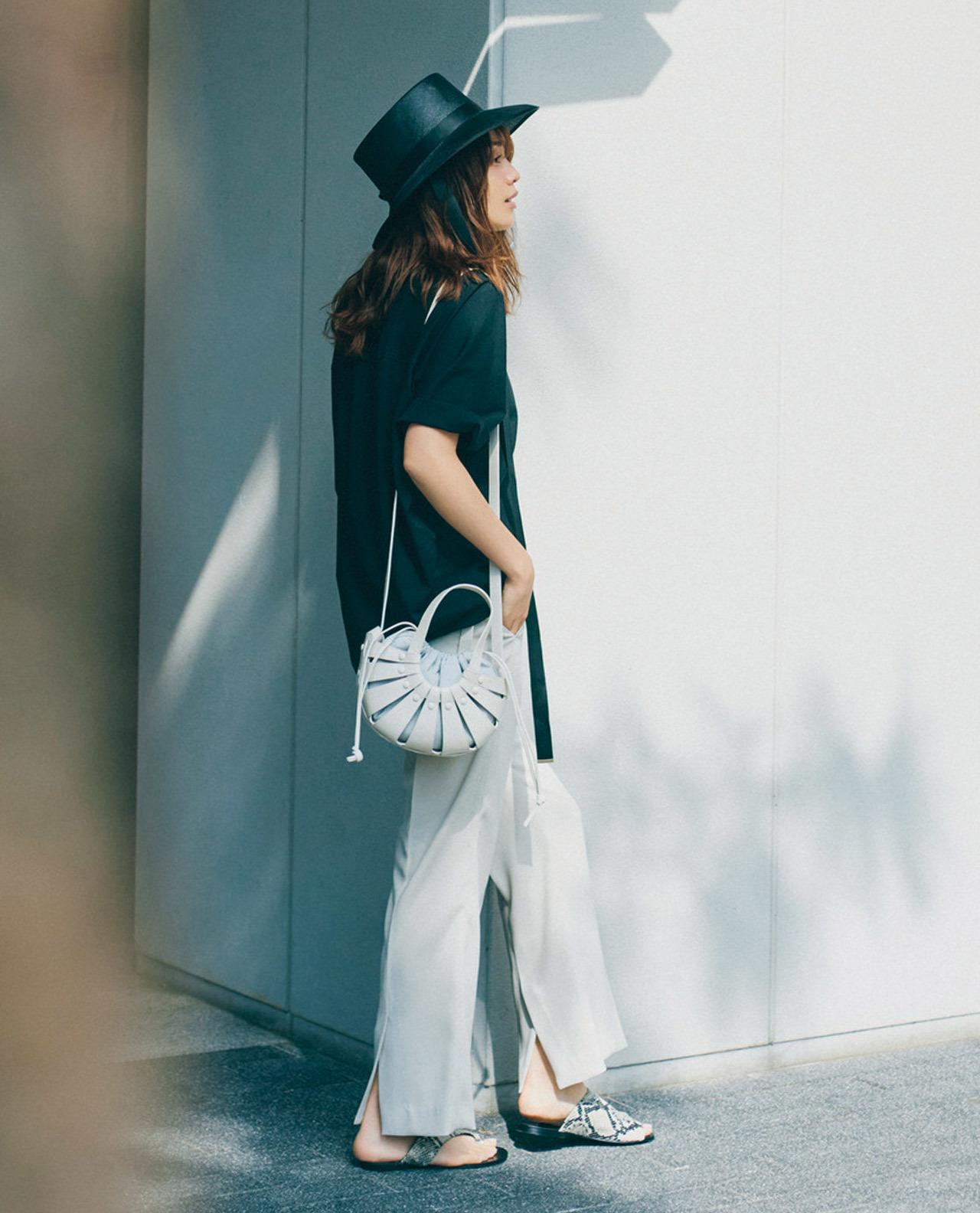 Tシャツ×白パンツのモノトーンコーデ