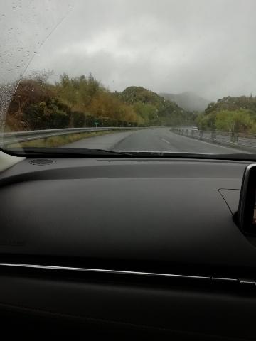 小雨が降る中、車は走ります