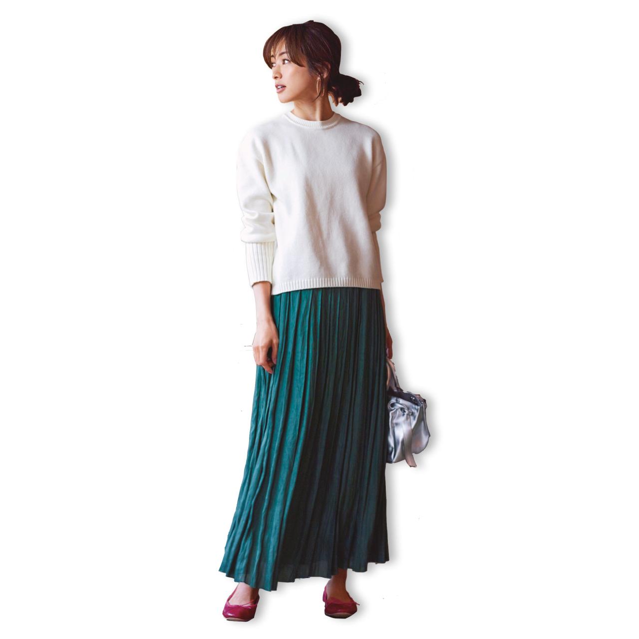 白ニット×グリーンのマキシフレアスカートコーデ
