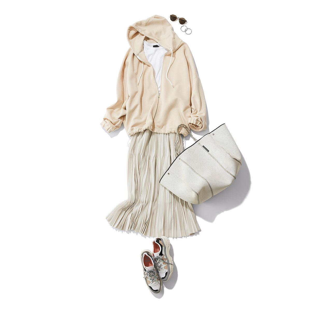 ベージュのオーバーサイズのパーカー×白のプリーツスカートコーデ