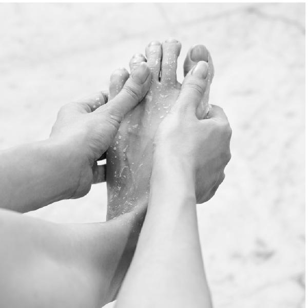 スクラブで足の甲や指も