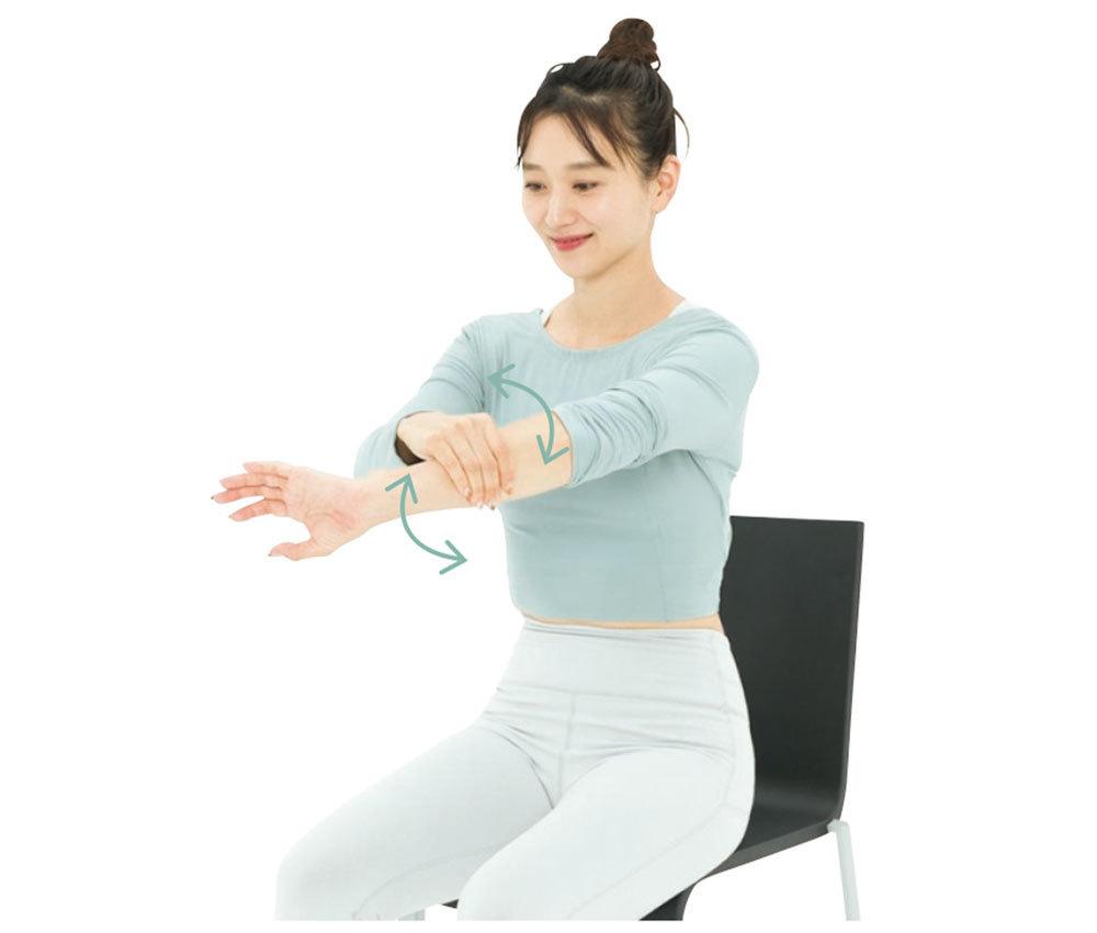 右手で左の前腕(肘下)をつかみ、左手を左右にひねる。ぞうきんを絞るイメージで行って。左右各1 分。背中握手がしやすくなるうえ、タイピング疲れも解消。