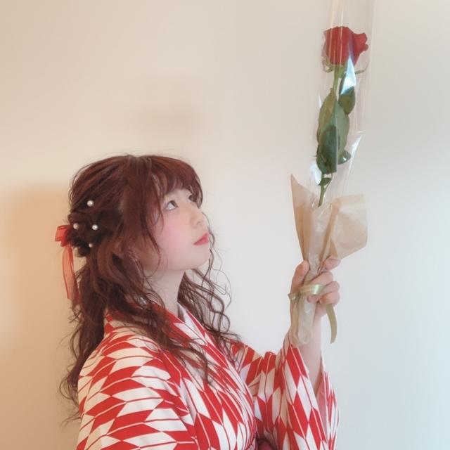 袴と同じ色のお花を持つと、写真が更に素敵になります 👌