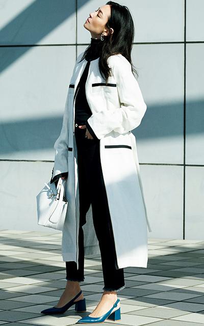 白いコートを着こなすRINA