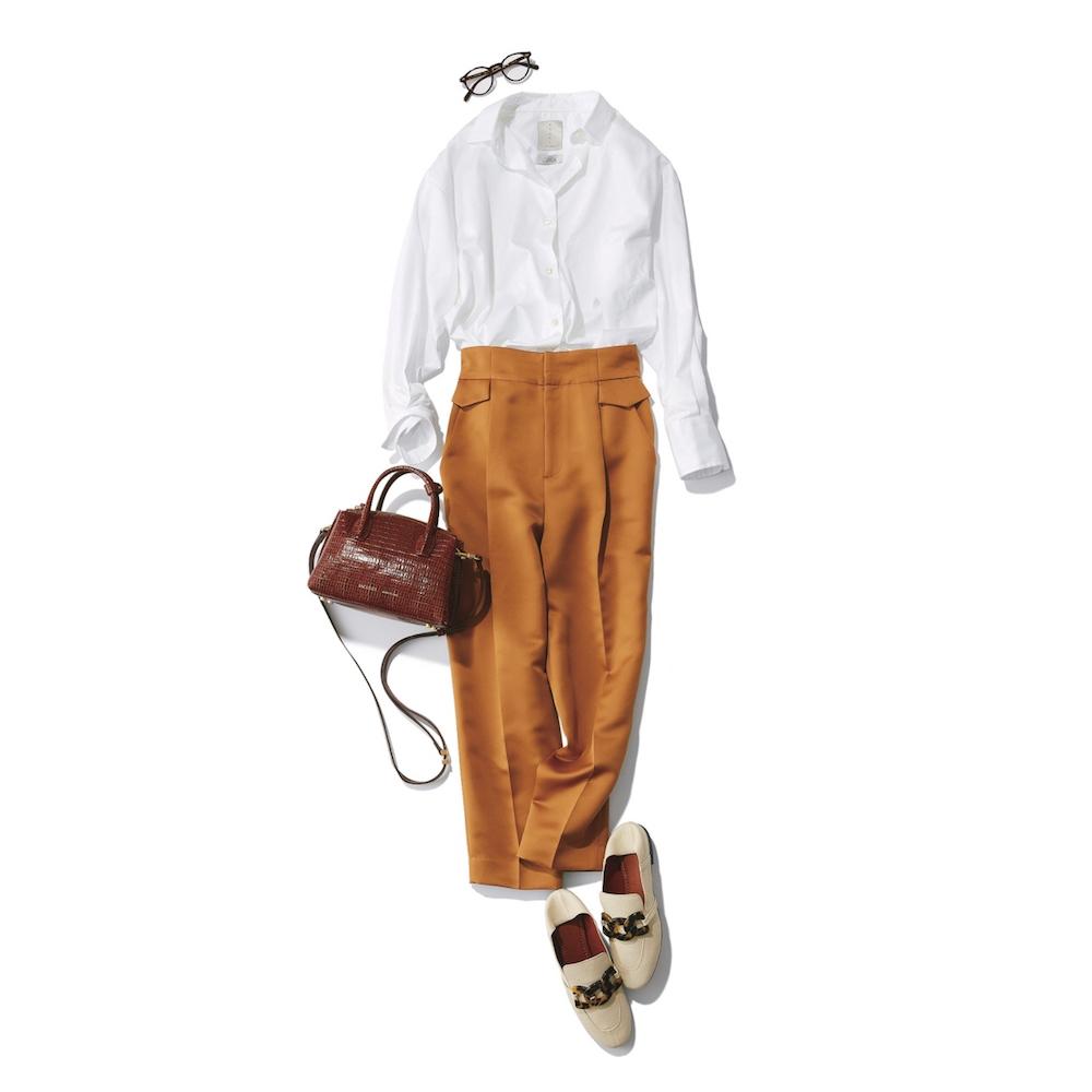 白シャツとキャメルパンツのコーデ