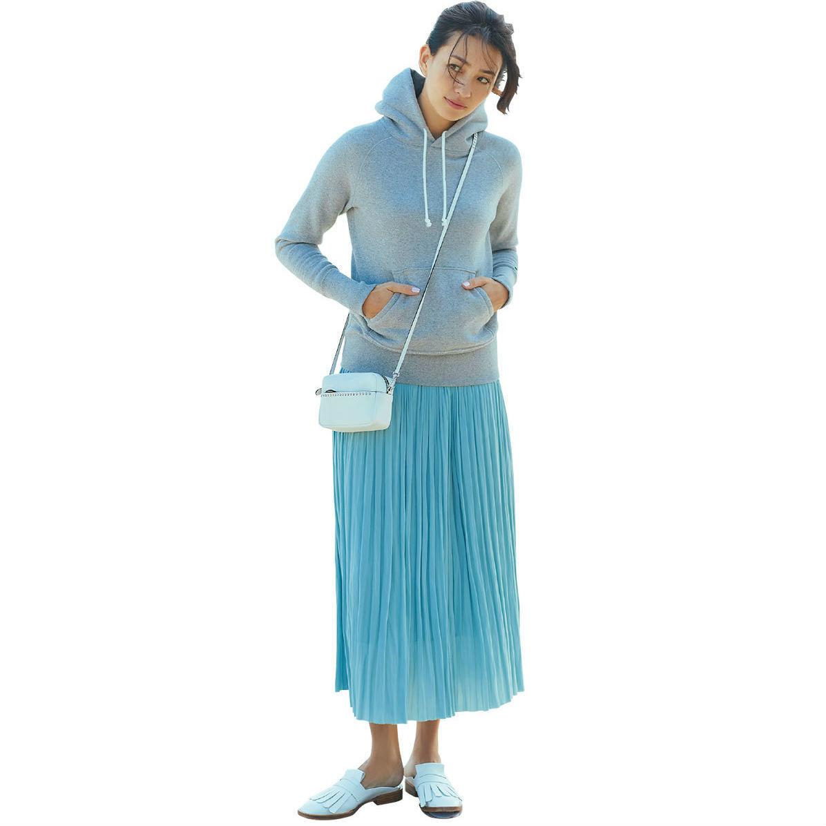 水色のプリーツスカート×白ローファーコーデ