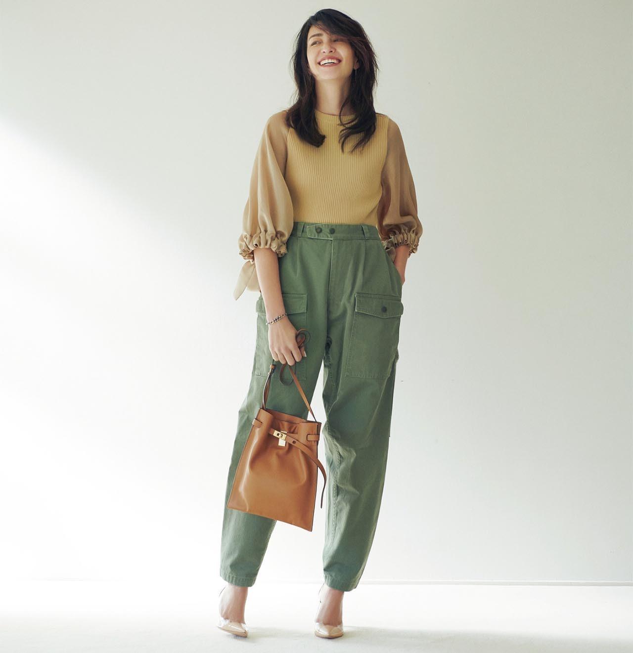 ボリュームスリーブニット×カーゴパンツコーデを着たモデルのRINAさん