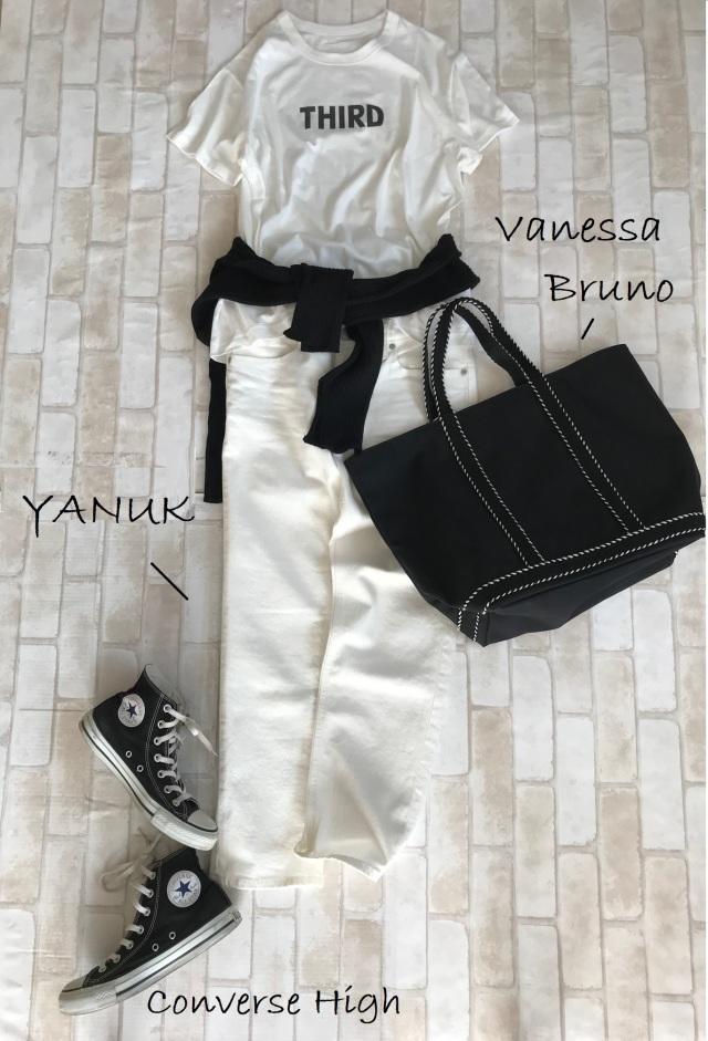 黒コンバース×Tシャツ&白デニムパンツのファッションコーデ