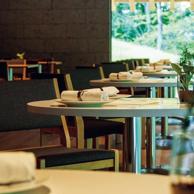 テーブルから自然を眺められる「レストランμ」