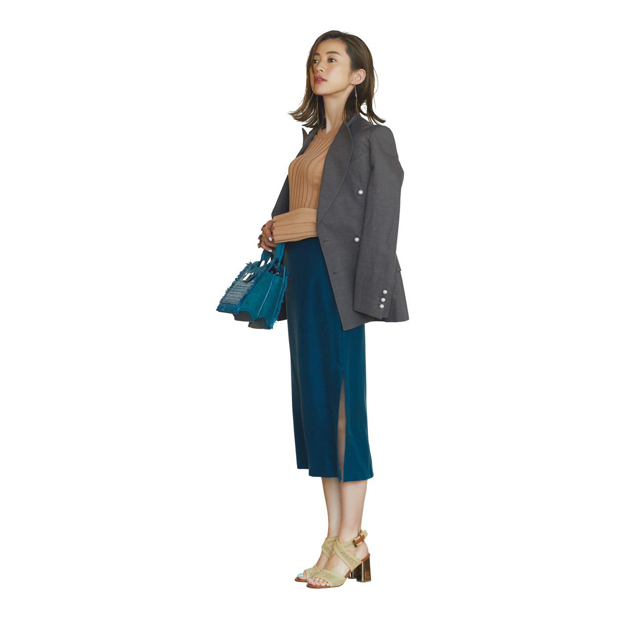 落ち着きのあるシックな服装なら、冴えたブルーよりも、落ち着いた鈍いブルーの出番