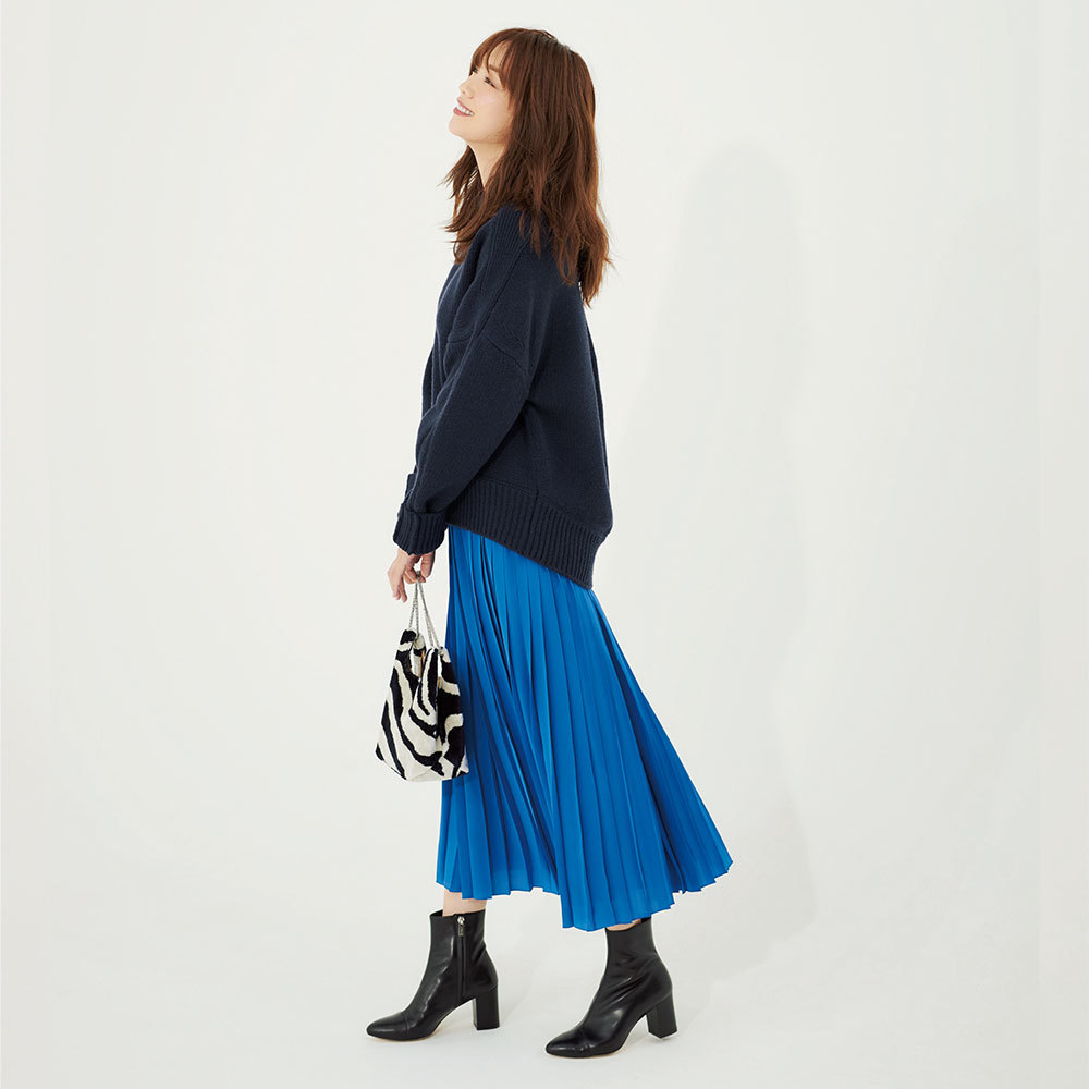ブルーのプリーツスカートとミドルゲージニットのコーデ