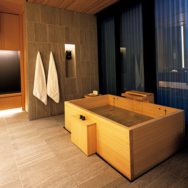 ゆったりとした空間の中、非日常へといざなう檜(ひのき)風呂。