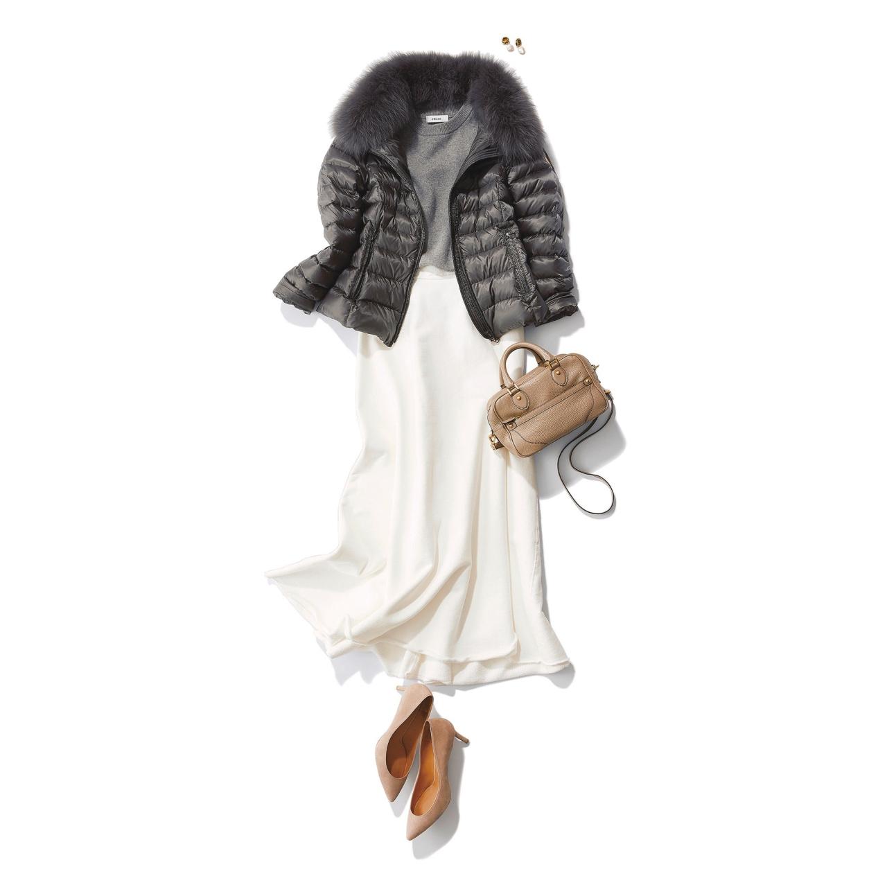 ダウンジャケット×白フレアスカートのファッションコーデ