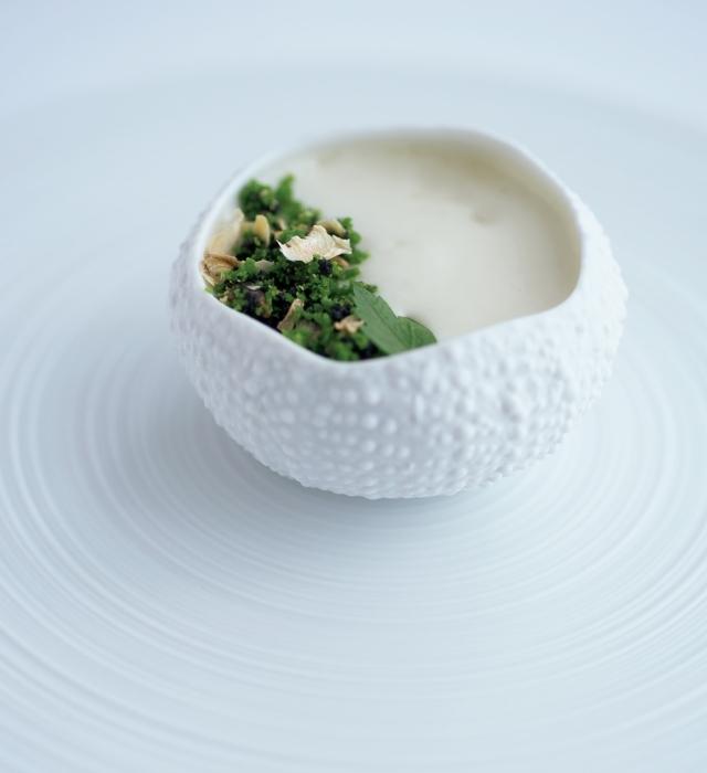 「青森県 雲丹×菊芋」。菊いものエスプーマを、ほんのり温めたウニと合わせたスペシャリテ