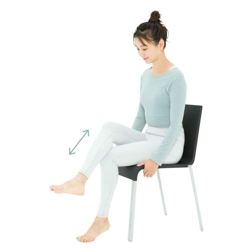 椅子に座り、ふくらはぎを反対側の膝頭に当て、スリスリとこする。これを1 分。左右とも行う。