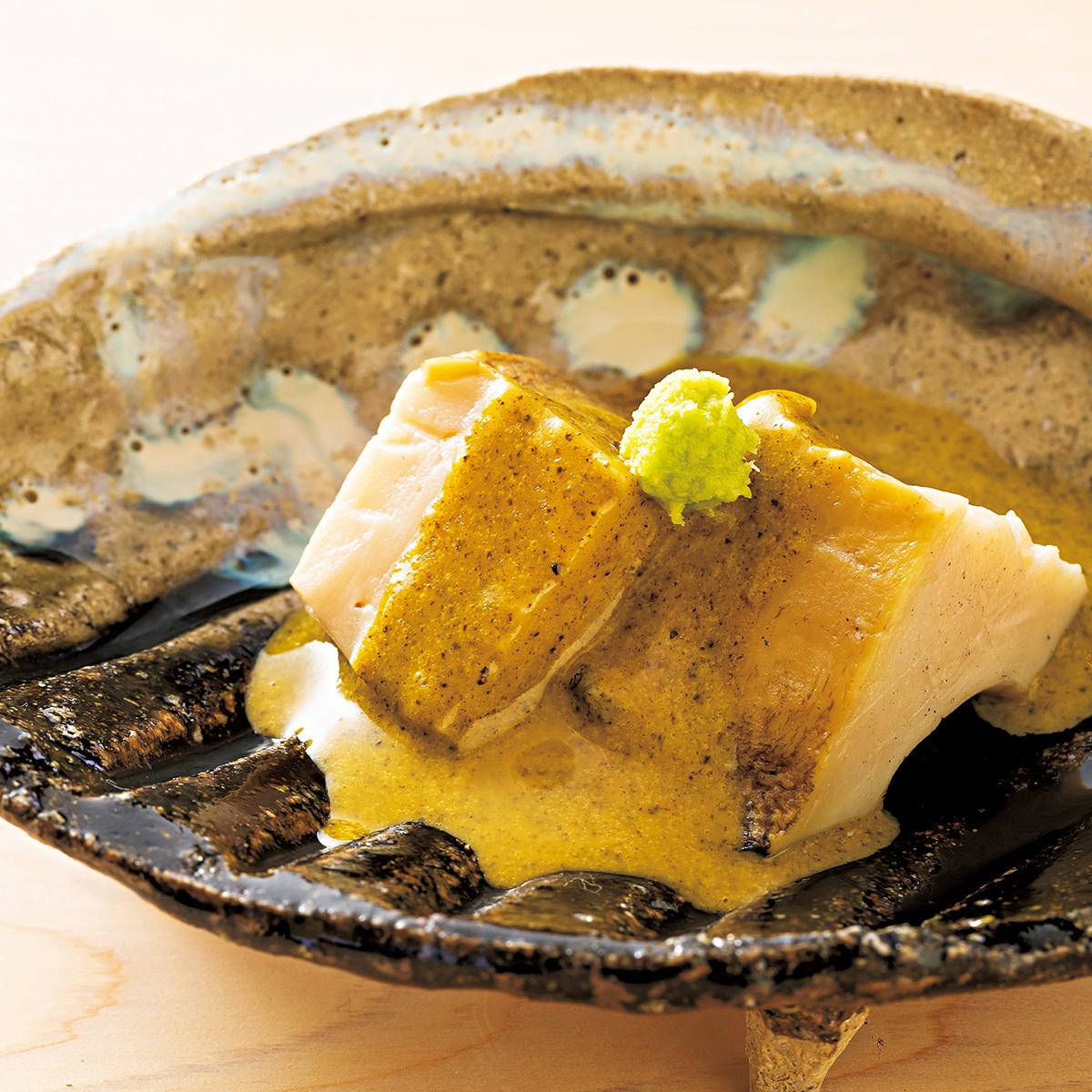 京都の三条京阪にある寿司店「鮨 楽味」のアワビ