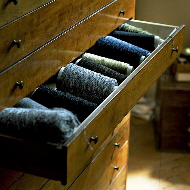 さまざまな素材や色で、ていねいに確実に紡がれていくツイ ード生地。