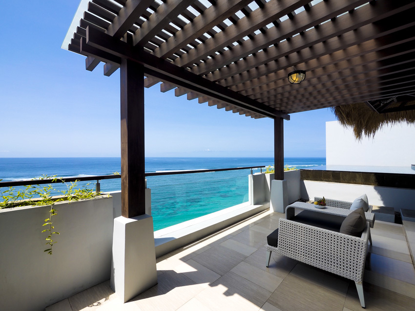 バリのビーチリゾートで一番フォトジェニックな眺めはこのテラスだろう、海流の関係か眼前のラグーの美しさに驚かされる。気になるお値段、ペントハウス プールヴィラ(2ベッド ルーム)は4名泊、約12万。サマベはオール インクルッシブなので、それも考慮するとお得かも。