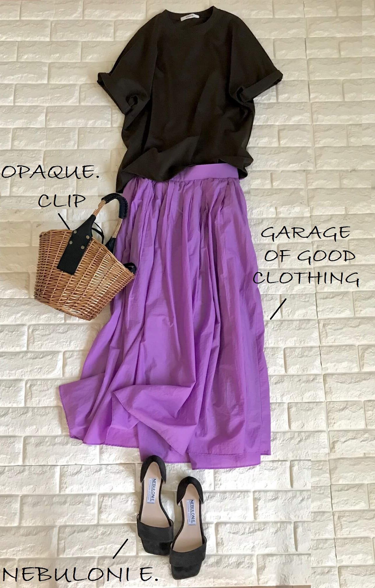 エブールのTシャツとパープルのスカートを合わせた画像