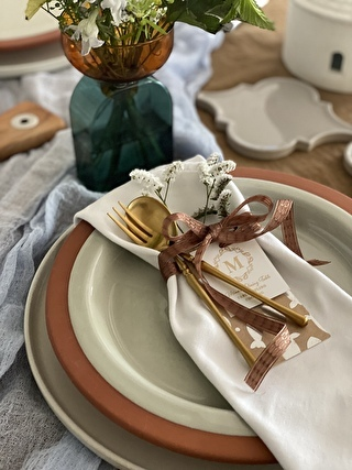 ナプキンにリボンを巻いたりお花やカードを添えて、パーソナルセッティングにもワクワク感をプラス!