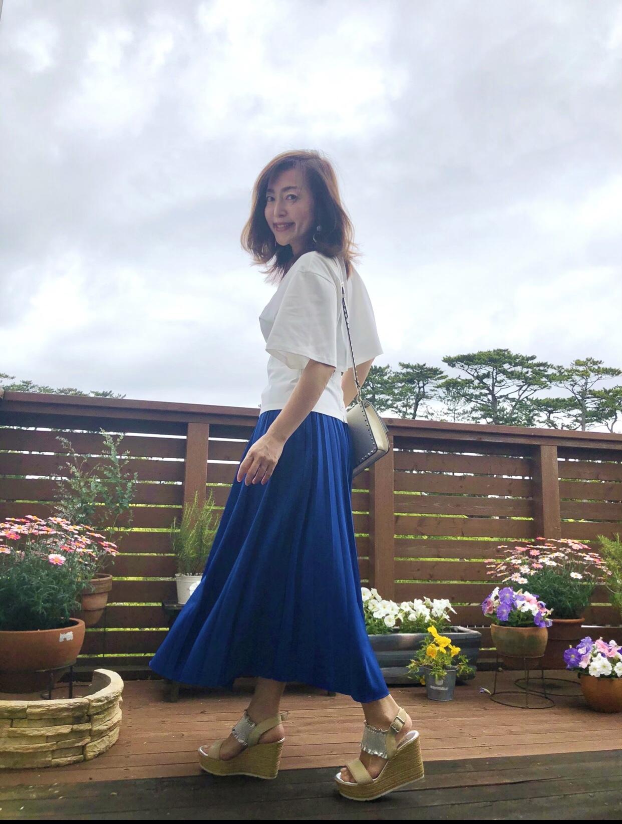ドラマチックな『白ブラウス』とロイヤルブルーのスカート_1_5