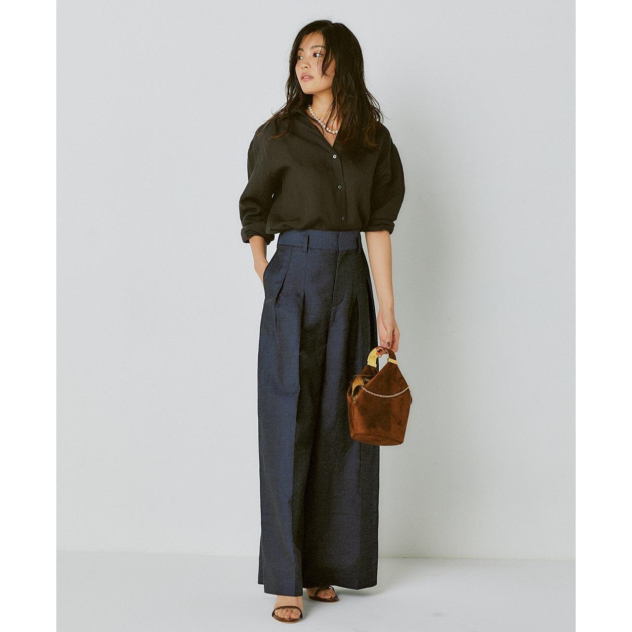 ブラウンリネンシャツ×ネイビーパンツコーデを着た矢野未希子さん