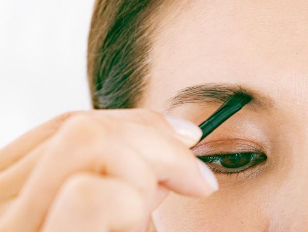 眉頭をあけ、淡い色のパウダーではっきりと描く