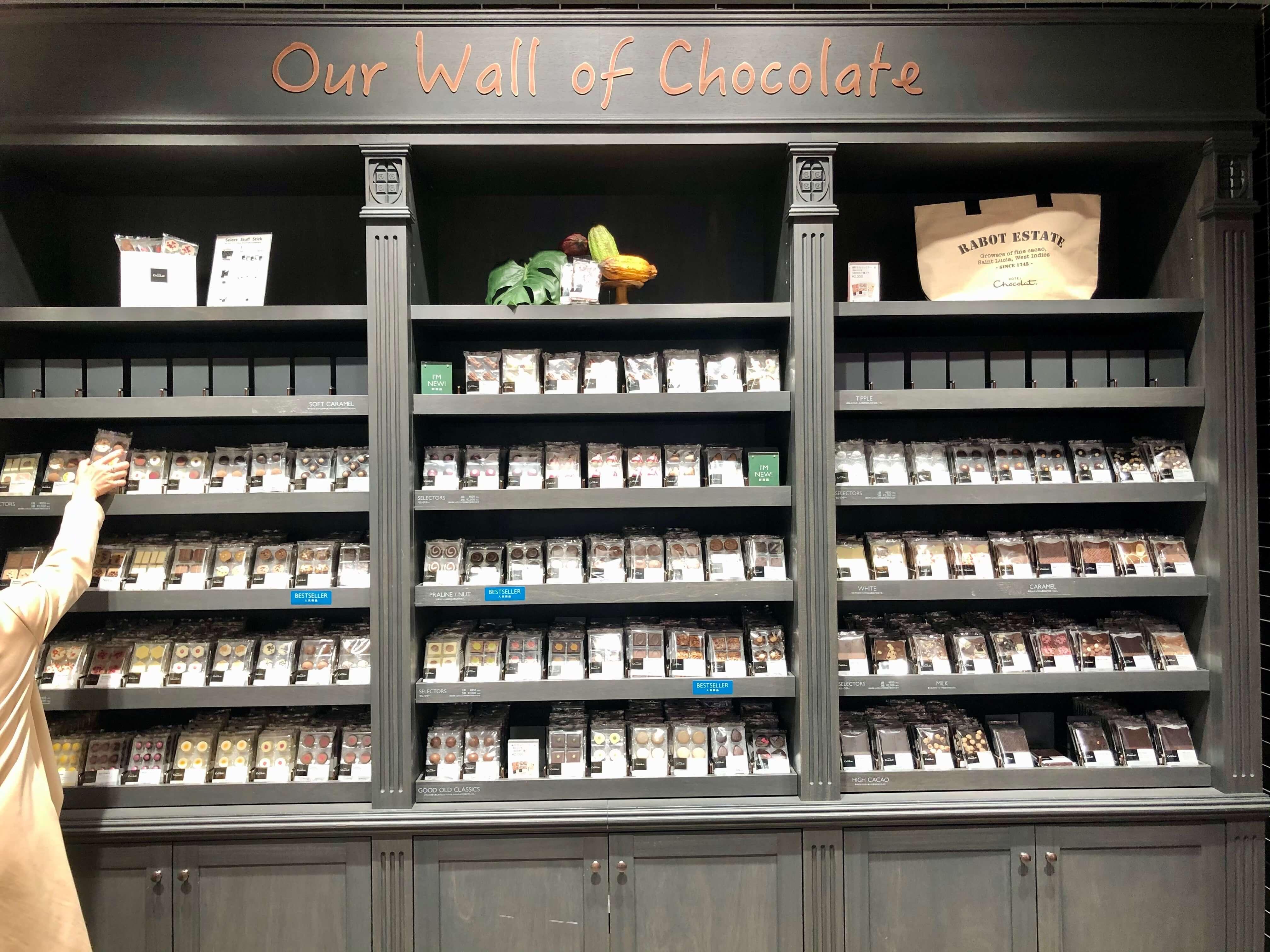 「HOTEL Chocolat.」GINZA SIX店の楽しく選べるチョコレート棚。