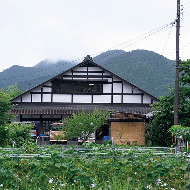 畑に囲まれたのどかな工房。