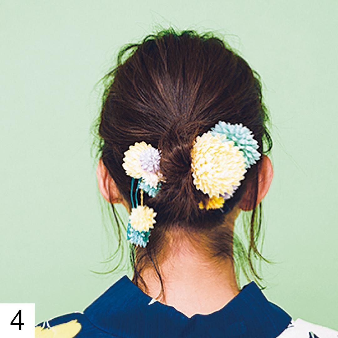 2つのおだんごの隙間を埋めるように髪飾りを。大きな飾りが1つだけではなく、小さな飾りが2〜3個セットになっているものだと隙間を埋めやすくておすすめだよ。