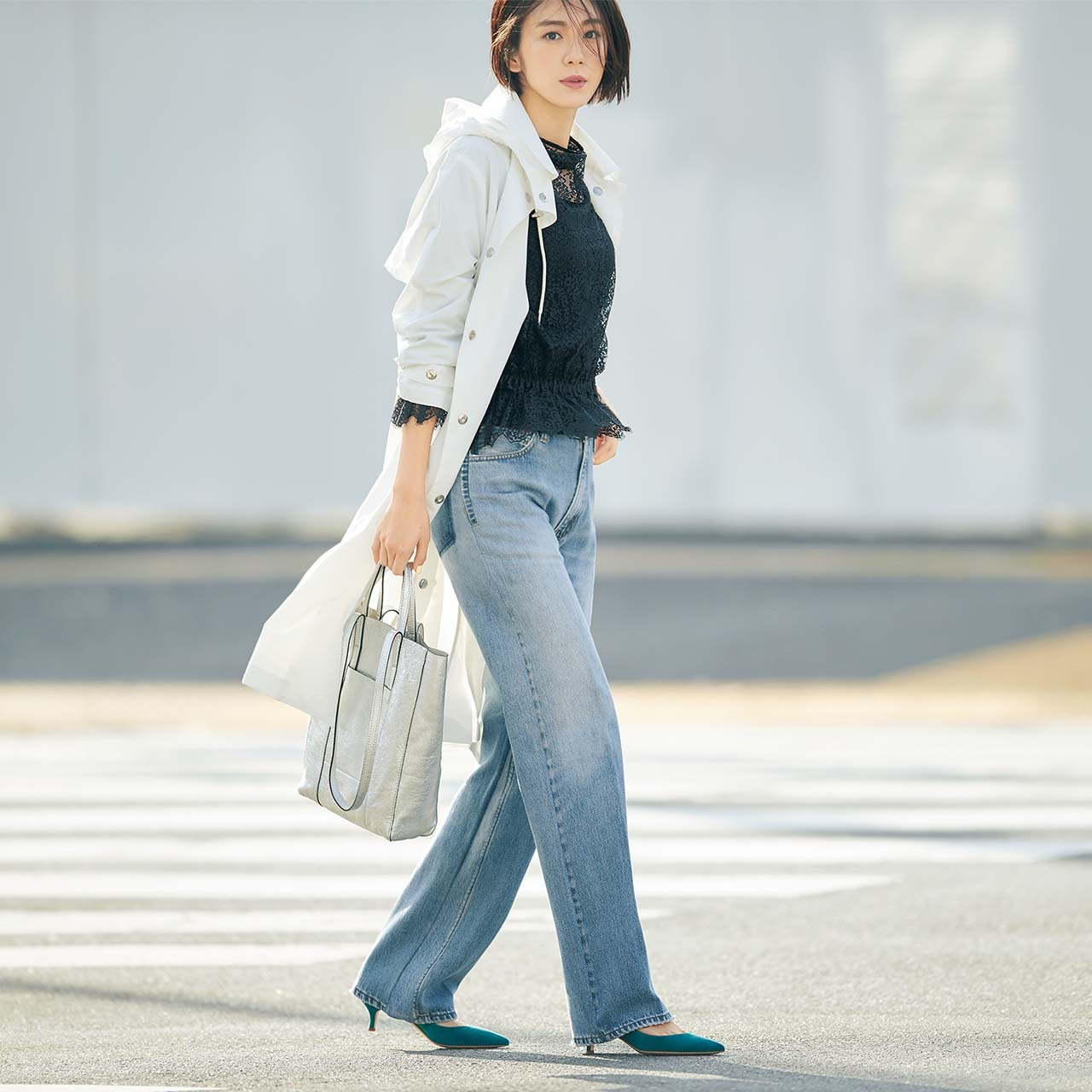 レースブラウス×コート×デニムコーデを着たモデルの竹内友梨さん